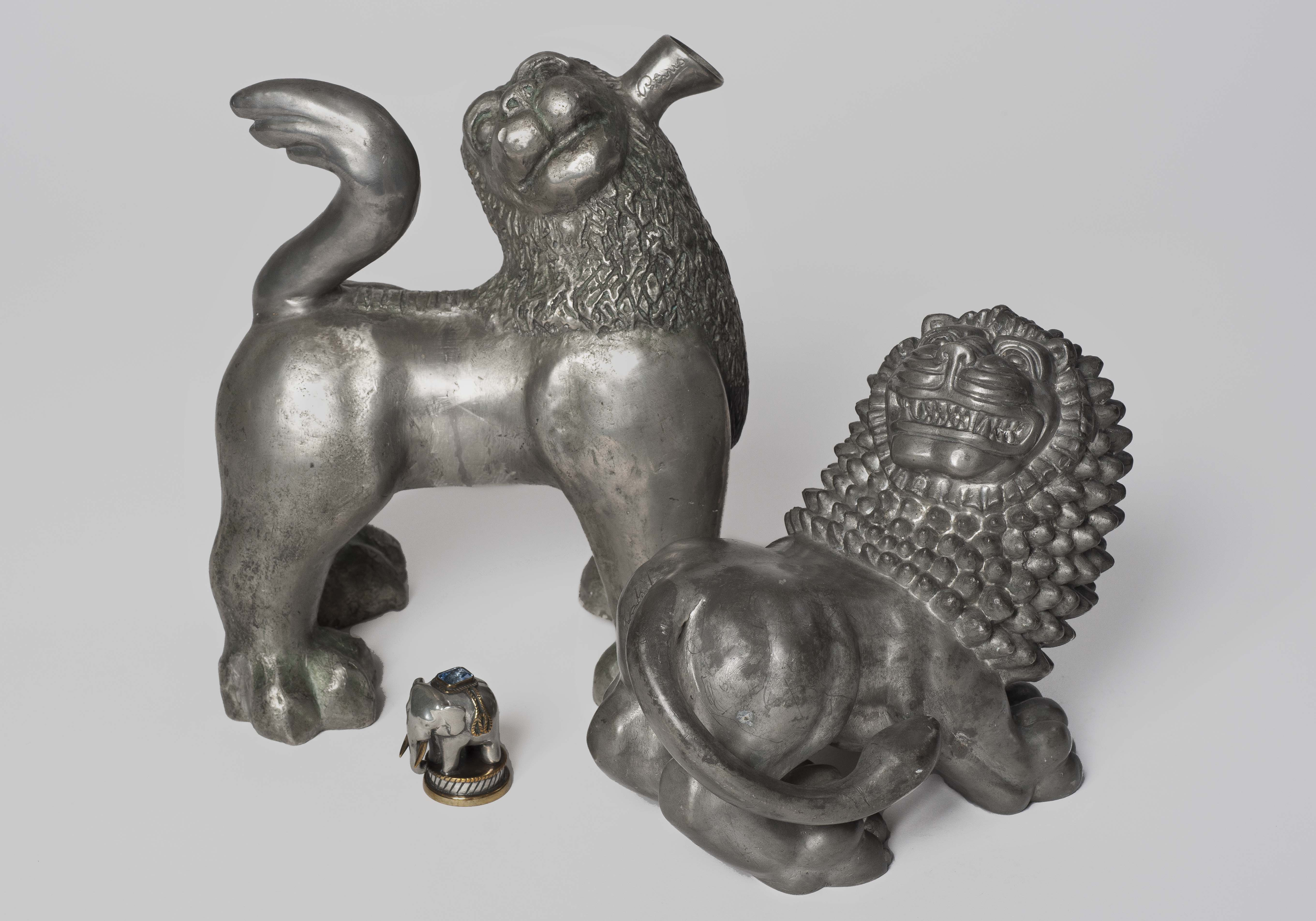 Anna Petrus, Plunta i form av stiliserat lejon, 1923-25, tillverkad vid Herman Bergmans konstgjuteri samt Lejon, 1926, tillverkad vid Svenskt Tenn AB. Anna Danielsson/Nationalmuseum.