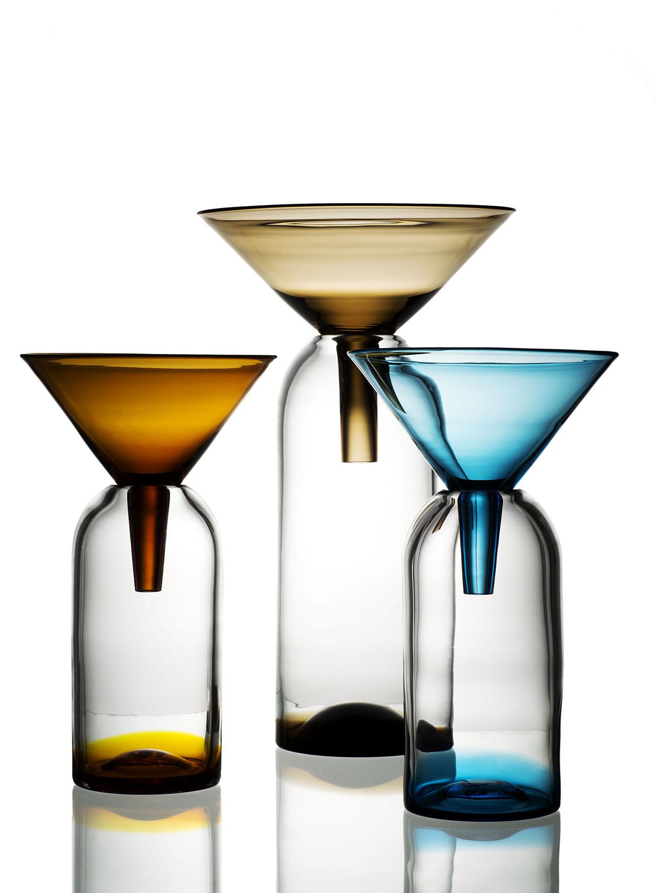 Trattar och flaskor av glaskonstnären Anna Berglund. Foto: Konsthantverkarna/Creative Commons.